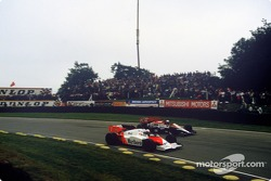Alain Prost passeert Andrea De Cesaris