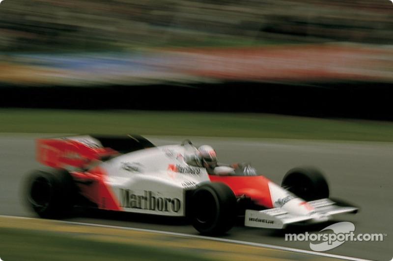 Prost teve que abandonar na metade da prova por problemas de câmbio.