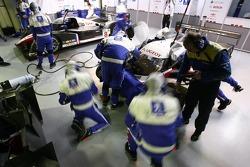 Membre de l'équipe Peugeot au travail