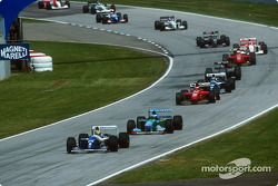 Reinicio: Ayrton Senna lidera a Michael Schumacher