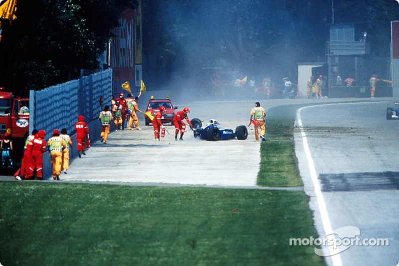El choque fatal de Ayrton Senna at Tamburello: Los equipos de rescate llegan a la escena