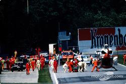 De fatale crash van Ayrton Senna in Tamburello: Ayrton Senna wordt naar de helikopter gebracht