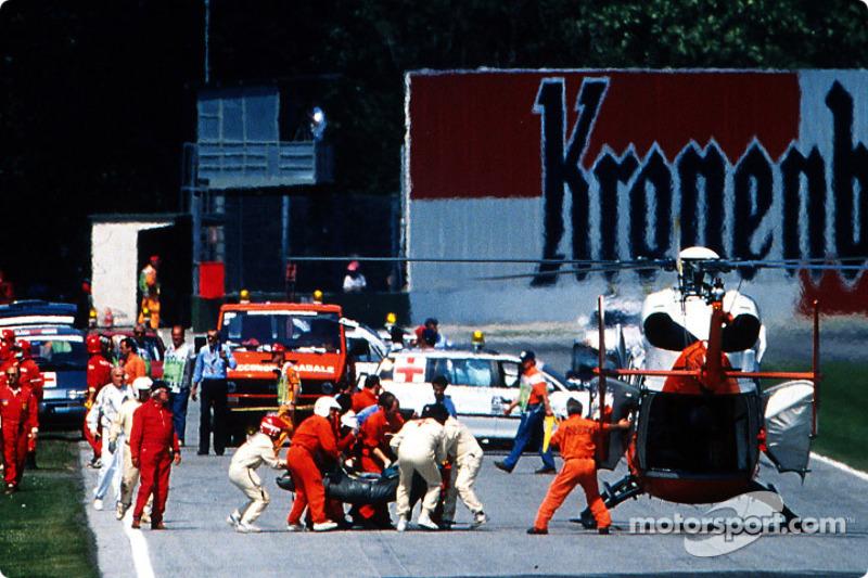 O acidente fatal de Ayrton Senna na curva Tamburello: o piloto é levado de helicóptero