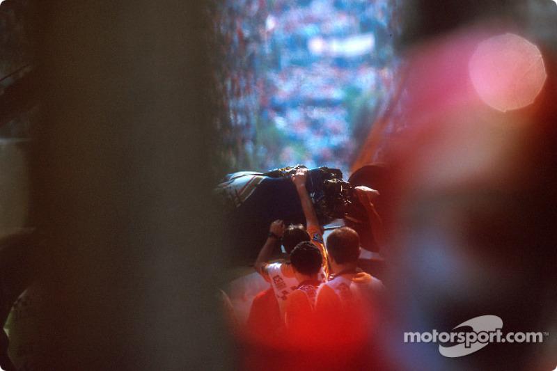 O acidente fatal de Ayrton Senna na curva Tamburello: o carro de Ayrton Senna destruído