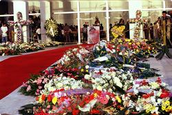 Blumen und Andenken für Ayrton Senna
