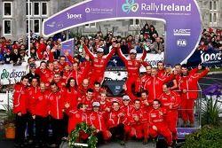 Podio: Sébastien Loeb y Daniel Elena con Daniel Sordo y Marc Marti, y el equipo Citroen Total WRT