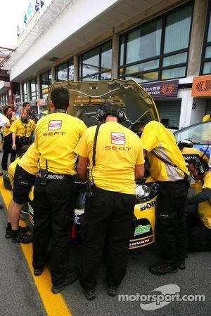 Yvan Muller, SEAT Sport, Seat Leon e il Team Seat provano ad accendere il motore