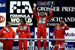 Podium : le vainqueur Ayrton Senna avec Alain Prost et Gerhard Berger