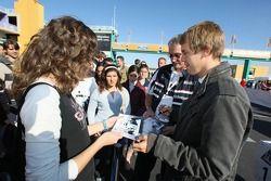 Sebastian Vettel signe des autographes pour les fans