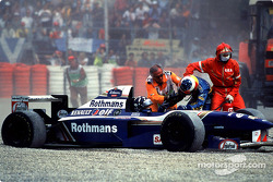 Crash: Damon Hill, Williams FW17B; Michael Schumacher, Benetton