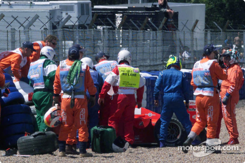 Safety crew members to rescue after kaza, Michael Schumacher