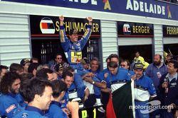 مايكل شوماخر يحتفل مع فريقه في العام 1994