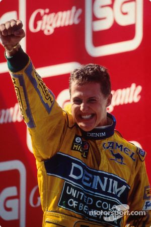 Podium: winnaar Michael Schumacher viert