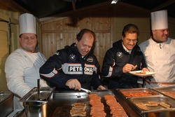 Dr. Mario Theissen ve Willy Rampf serve food