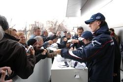Robert Kubica signe des autographes
