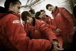 Себастьен Лёб с членами команды Citroen Total WRT