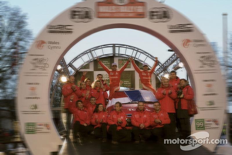 Podio: Sébastien Loeb y Daniel Elena, Campeones del Mundo de Rallyes 2007, celebran con Citroën Total WRT