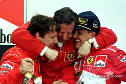 На подиуме: победитель гонки Михаэль Шумахер и Эдди Ирвайн на втором месте празднуют вместе с Жаном Тодтом