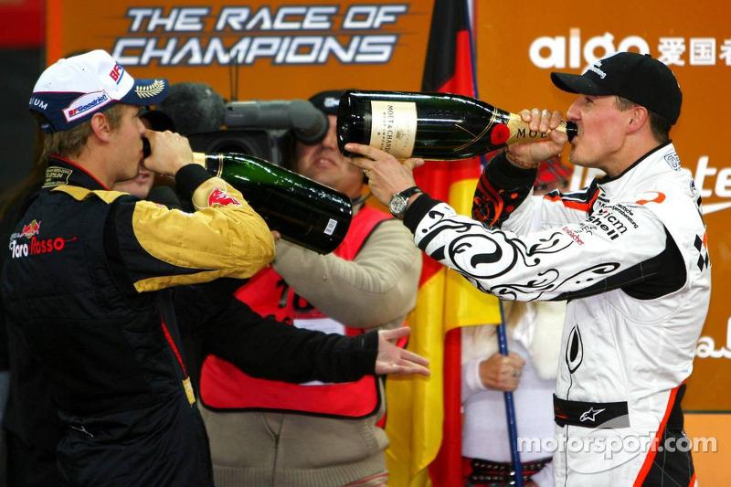 Michael Schumacher y Sebastian Vettel con el champagne en el podio