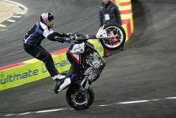 Chris Pfeiffer en su motocicleta BMW