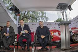 Héctor Rebaque ex piloto F1, Federico González Compéan, de CIE  y el artista Nino Bauti en la presentación del Trofeo del GP de México