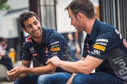 Daniel Ricciardo, Red Bull Racing en Daniil Kvyat, Red Bull Racing bezoeken Tokio