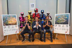 Daniel Ricciardo, Red Bull Racing e Daniil Kvyat, Red Bull Racing com Eiichi Ishigaki, vice-prefeito de Mie e Shuriken Sentai Ninninjyaa