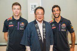 Daniel Ricciardo, Red Bull Racing e Daniil Kvyat, Red Bull Racing com Eiichi Ishigaki, vice-prefeito de Mie