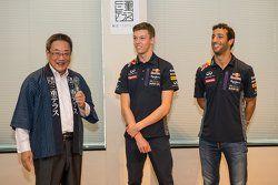 Daniel Ricciardo, Red Bull Racing e Daniil Kvyat, Red Bull Racing com Eiichi Ishigaki, vice-prefeito