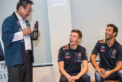 Daniel Ricciardo, Red Bull Racing y Daniil Kvyat, Red Bull Racing con Eiichi Ishigaki, Vice-Gobernad
