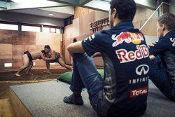 Daniel Ricciardo, Red Bull Racing y Daniil Kvyat, Red Bull Racing visitan una práctica de sumo