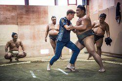 Daniil Kvyat, Red Bull Racing con luchadores de sumo