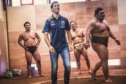 Daniel Ricciardo, de Red Bull Racing con luchadores de sumo