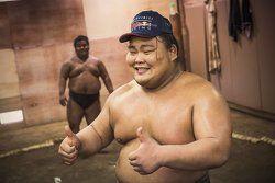 Luchador del sumo celebra al recibir una gorra firmada por Daniel Ricciardo, Red Bull Racing y Daniil Kvyat, Red Bull Racing