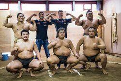 Daniel Ricciardo, Red Bull Racing y Daniil Kvyat, Red Bull Racing posan con un luchador de sumo