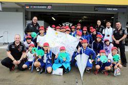 El Sahara Force India F1 Team recibe a sus jóvenes fans