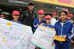 Sergio Pérez, Sahara Force India F1 con jóvenes aficionados
