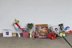 Hommage an Jules Bianchi: Fans legen Grußbotschaften und Geschenke an der Garage von Manor Marussia