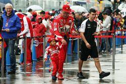 Un joven fan de Ferrari y su padre dio la bienvenida a la fosa garaje de McLaren
