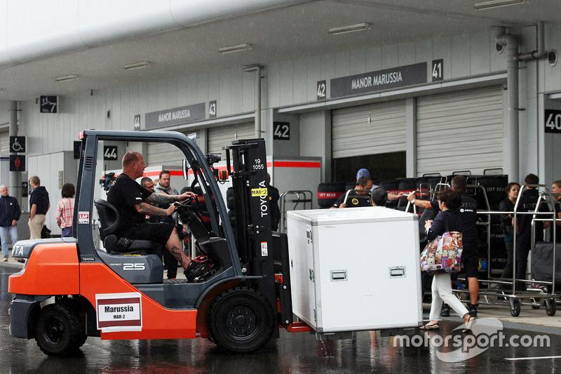 Lotus F1 Team механік з вантажопідйомник в паддок
