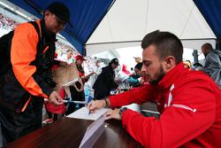 Will Stevens, Manor Marussia F1 Team, schreibt Autogramme für die Fans