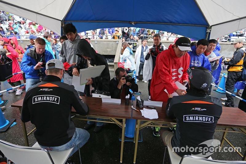 Nico Hülkenberg, Sahara Force India F1, und Sergio Perez, Sahara Force India F1, schreiben Autogramme für die Fans