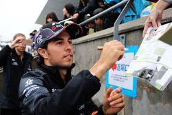 Sergio Pérez, Sahara Force India F1 firma autógrafos para los aficionados