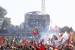 Подиум: победитель гонки - Льюис Хэмилтон, Mercedes AMG F1 Team, второе место - Себастьян Феттель, F