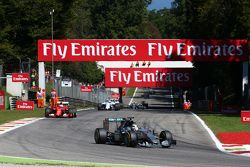 Partenza: Lewis Hamilton, Mercedes AMG F1 W06 al comando
