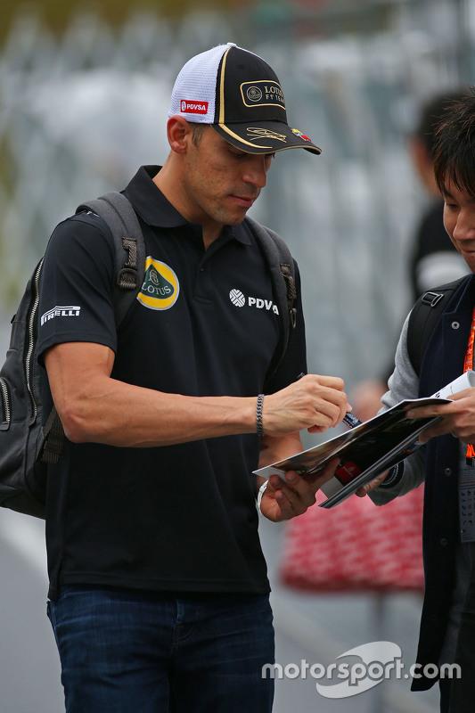 Пастор Мальдонадо, Lotus F1 Team роздає автографи фанатам