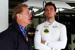 Jonathan Palmer avec son fils Jolyon Palmer, pilote de réserve Lotus