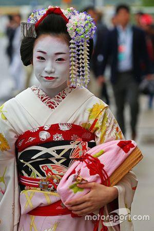 Una mujer en traje de geisha tradicional