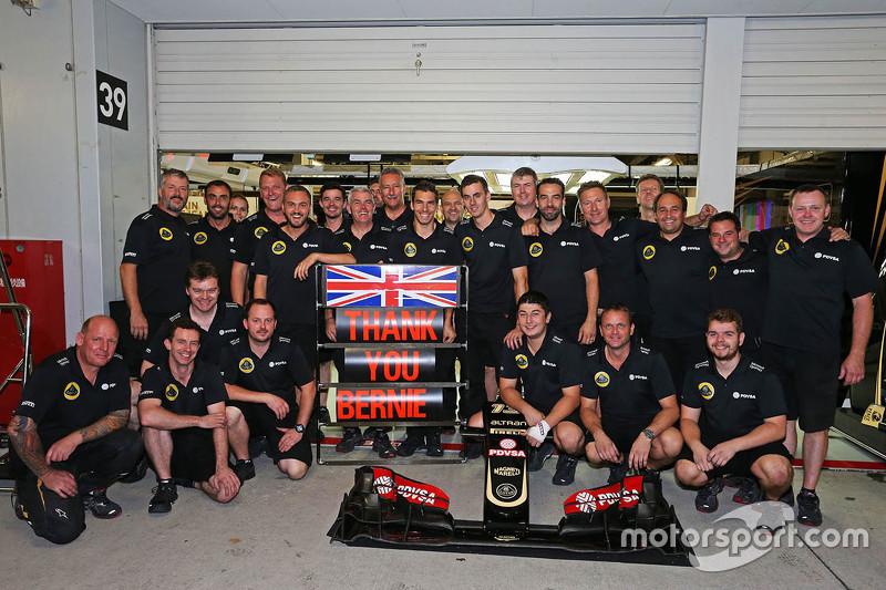 L'équipe Lotus F1 Team remercie Bernie Ecclestone pour avoir pris en charge leur repas