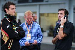Jolyon Palmer, Pilote d'essais et de réserve Lotus F1 Team avec Jonathan Palmer et Matthew Carter, CEO Lotus F1 Team